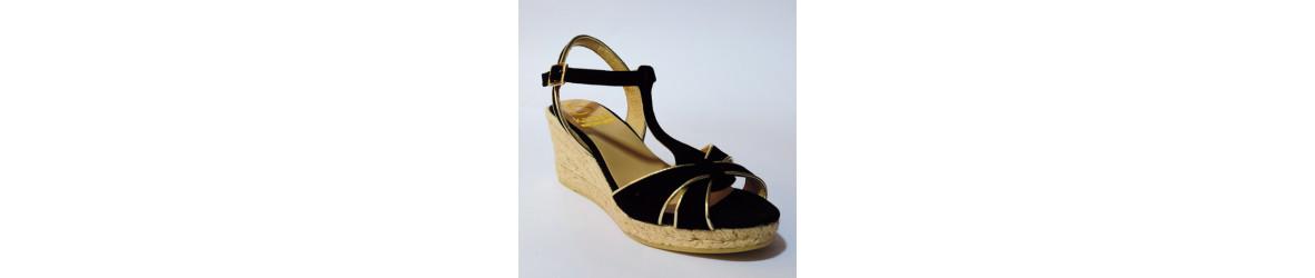 sandales ou espadrilles compensées ornementées strass, lacets, bijoux